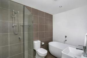 A bathroom at Modern Spacious St Leonard's 2BR w/ Views SL001