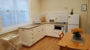 A kitchen or kitchenette at Arendon Cottage