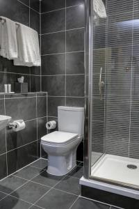 A bathroom at Best Western Plus Oxford Linton Lodge
