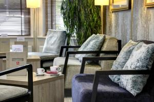 A seating area at Best Western Plus Oxford Linton Lodge