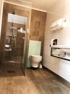 A bathroom at Finnsnes Hotel