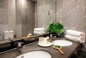 A bathroom at Chic & Basic Velvet