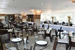 Um restaurante ou outro lugar para comer em Gran Lençóis Flat Residence