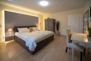 A bed or beds in a room at Hotel Garni Zum Grünen Baum