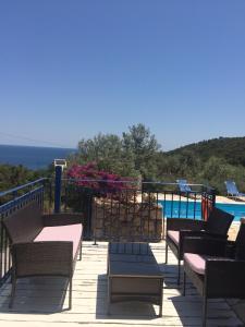 Ein Blick auf den Pool von der Unterkunft Villas Lidia oder aus der Nähe