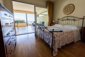 A bed or beds in a room at Taormina Lux Apartment - Taormina Holidays