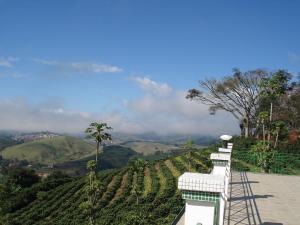 Uma vista da montanha tirada da pousada campestre