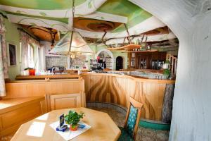 A restaurant or other place to eat at Der Schildbacherhof
