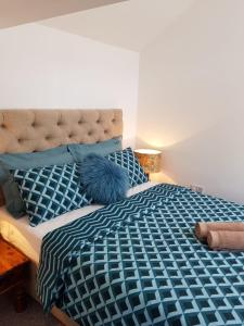 A bed or beds in a room at Cyrus House Cottage Apartment