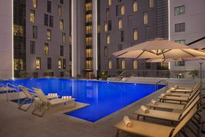 Бассейн в Hampton By Hilton Dubai Airport или поблизости