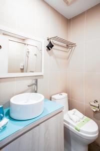 A bathroom at Palau Hotel