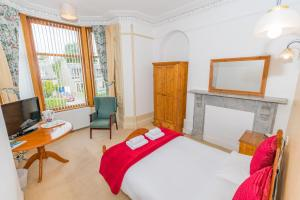 A bed or beds in a room at Granite City Guest House