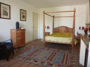 A bed or beds in a room at Clos des Boulevards
