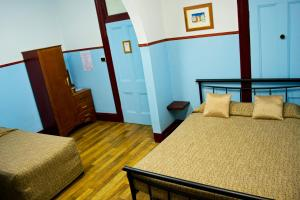 A bed or beds in a room at Criterion Hotel Rockhampton