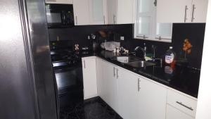 A kitchen or kitchenette at Black & White Comfort House