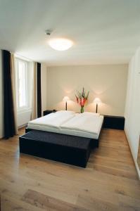 Ein Bett oder Betten in einem Zimmer der Unterkunft Hotel Alpina Luzern