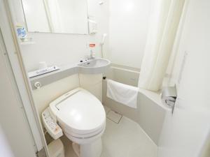 スーパーホテル弘前 天然温泉ねぷたの湯にあるバスルーム