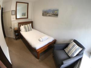 A bed or beds in a room at The White Horse Inn