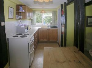 A kitchen or kitchenette at Oaklawn Cottage