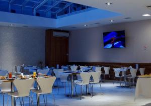 Um restaurante ou outro lugar para comer em Hotel UOM Buenos Aires