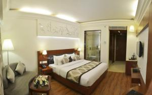 A bed or beds in a room at Hotel Regent Grand