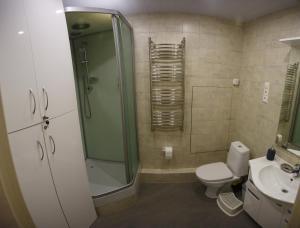 A bathroom at Seasons Hostel