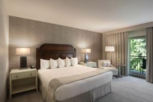 A bed or beds in a room at Callaway Resort & Gardens