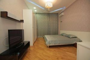 Cama ou camas em um quarto em UZEIR GADGIBEKOVA 25 Street BULVAR