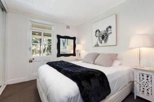 A bed or beds in a room at Pyrmont Self-Contained Terrace House (64 BUL)