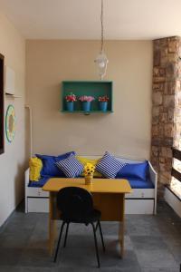 A seating area at Hostel Perola dos Anjos