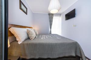A bed or beds in a room at Ema 2BR apt. in old town centre