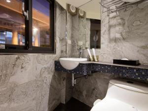 A bathroom at Tianxiang Zan Apartment