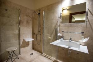 A bathroom at Hotel Flora