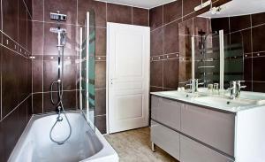 A bathroom at Gîte les Moignottes