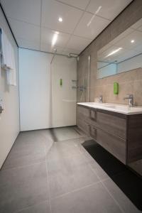 A bathroom at Golden Tulip Zoetermeer - Den Haag