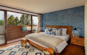 A bed or beds in a room at Hotel Casa Palopo