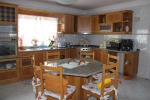 A kitchen or kitchenette at Casa da Moita