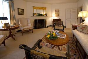A seating area at Williamsburg Inn - A Colonial Williamsburg Hotel