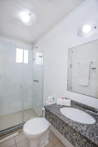 A bathroom at Hotel Express Canoas