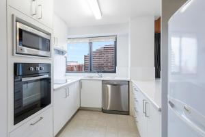 A kitchen or kitchenette at Riverside Apartments Melbourne (formerly Best Western Riverside Apartments)