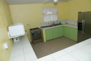 A kitchen or kitchenette at 3 Bedroom Holiday Apt