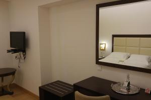 Ένα ή περισσότερα κρεβάτια σε δωμάτιο στο Kalavrita Canyon Hotel & Spa