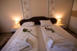 A bed or beds in a room at Boróka Vendégház Túrkeve