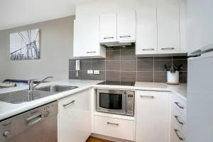 A kitchen or kitchenette at One Bedroom Apartment Sussex II(SX504)