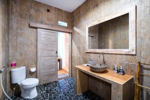A bathroom at Song Lambung Beach Huts