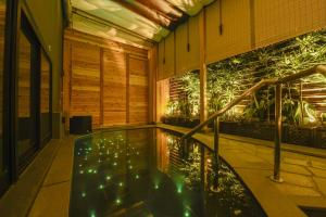 Capsule Hotel Anshin Oyado Premium Resort Kyoto Shijo Karasuma游泳池或附近泳池