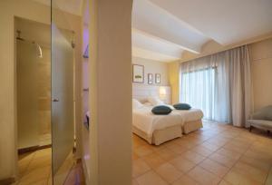 Łóżko lub łóżka w pokoju w obiekcie Hotel Cala Dor - Adults Only