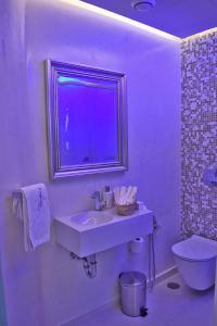 A bathroom at Aegialis Hotel & Spa