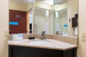 A bathroom at Hampton Inn Kent/Akron Area