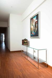 A television and/or entertainment centre at Departamento Larcomar